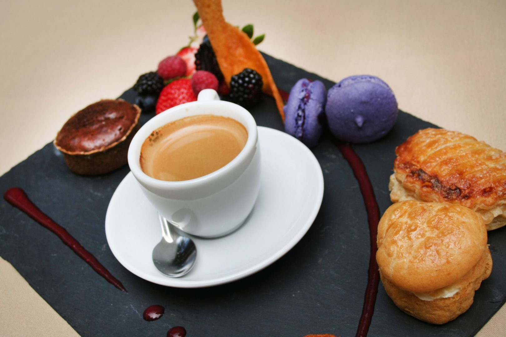 6 tips to dine like a local in france tripusafrance - Assiette rectangulaire pour cafe gourmand ...